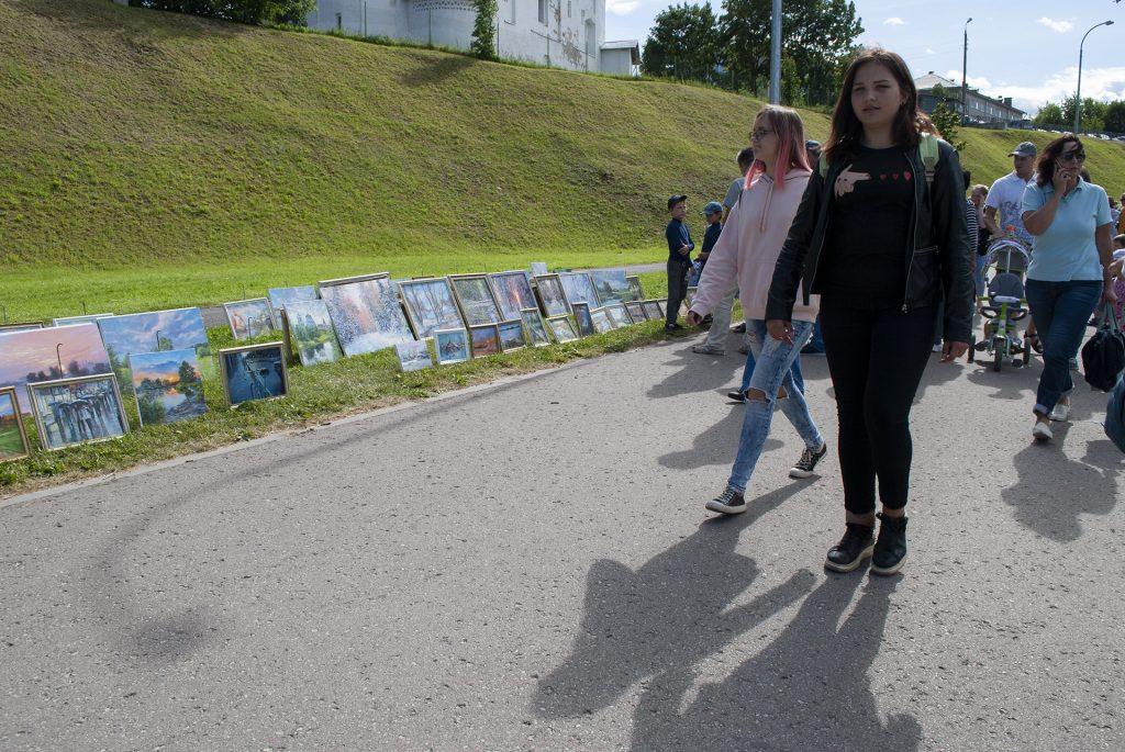 Выставка картин в верхней части финского парка