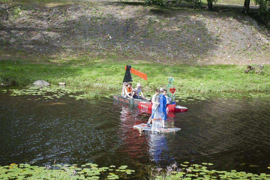самодельные плоты в реке Пскове