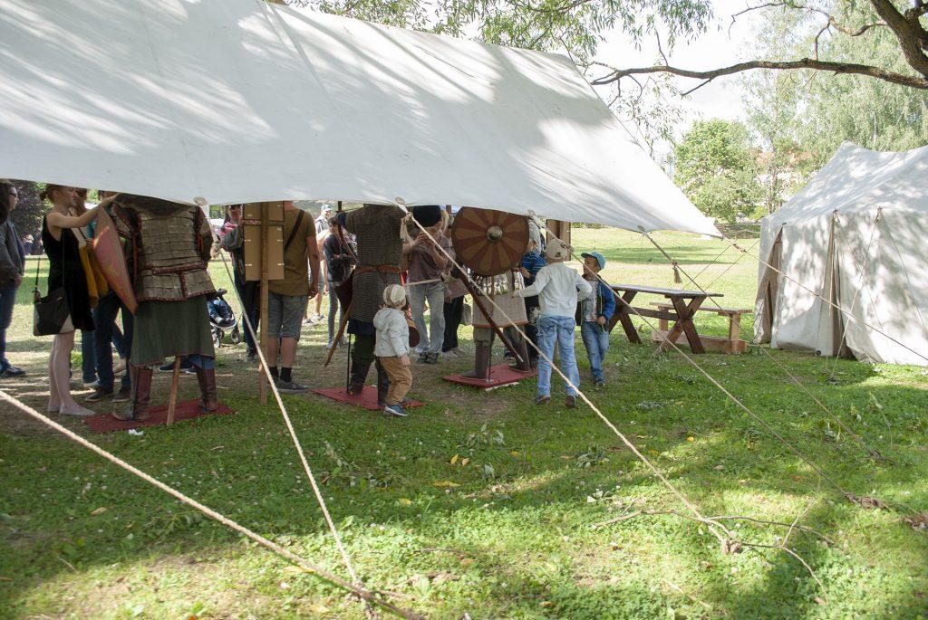 выставка доспехов в лагере реконструкторов
