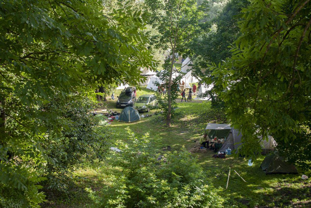 машины реконструкторов в парке у реки