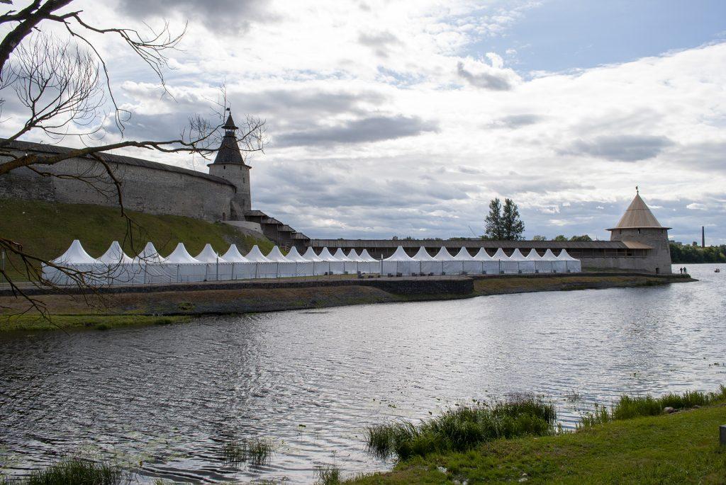 закрытые палатки в устье Псковы у кремля