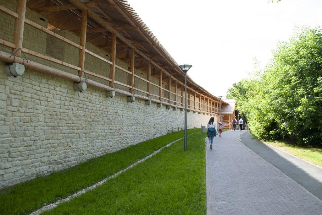 свежая кровля на псковской крепостной стене