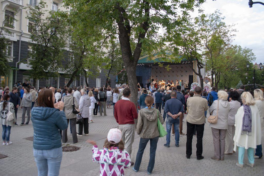 сцена фестиваля на улице Пушкина