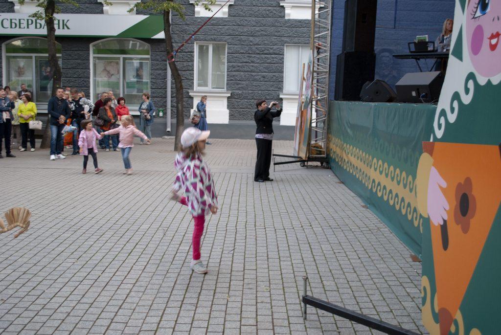 дети у сцены на улице пушкина в ганзейские дни