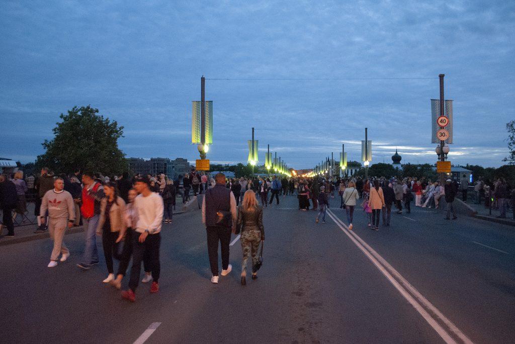 ожидающие салюта на Ольгинском мосту