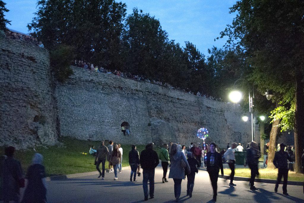 ожидающие салюта на крепостной стене