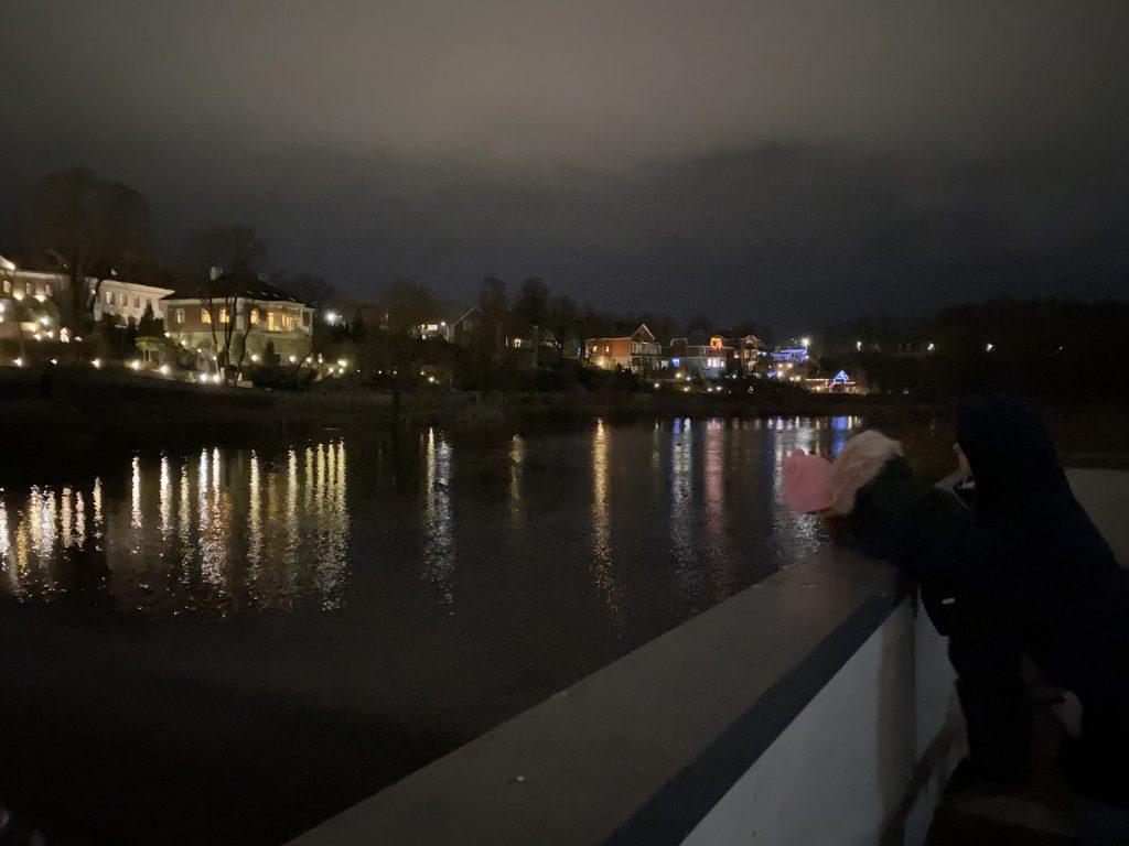 плотина через пскову в финском парке в Пскове снята вечером на iphont 11 pro