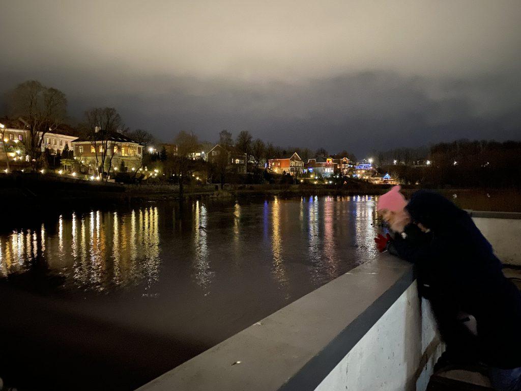 плотина через пскову в финском парке в Пскове снята вечером на iphone 11 pro