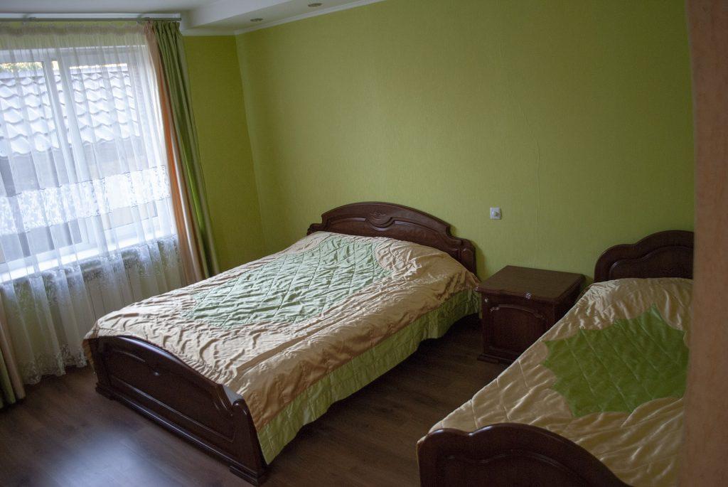 кровати в гостинице теремок
