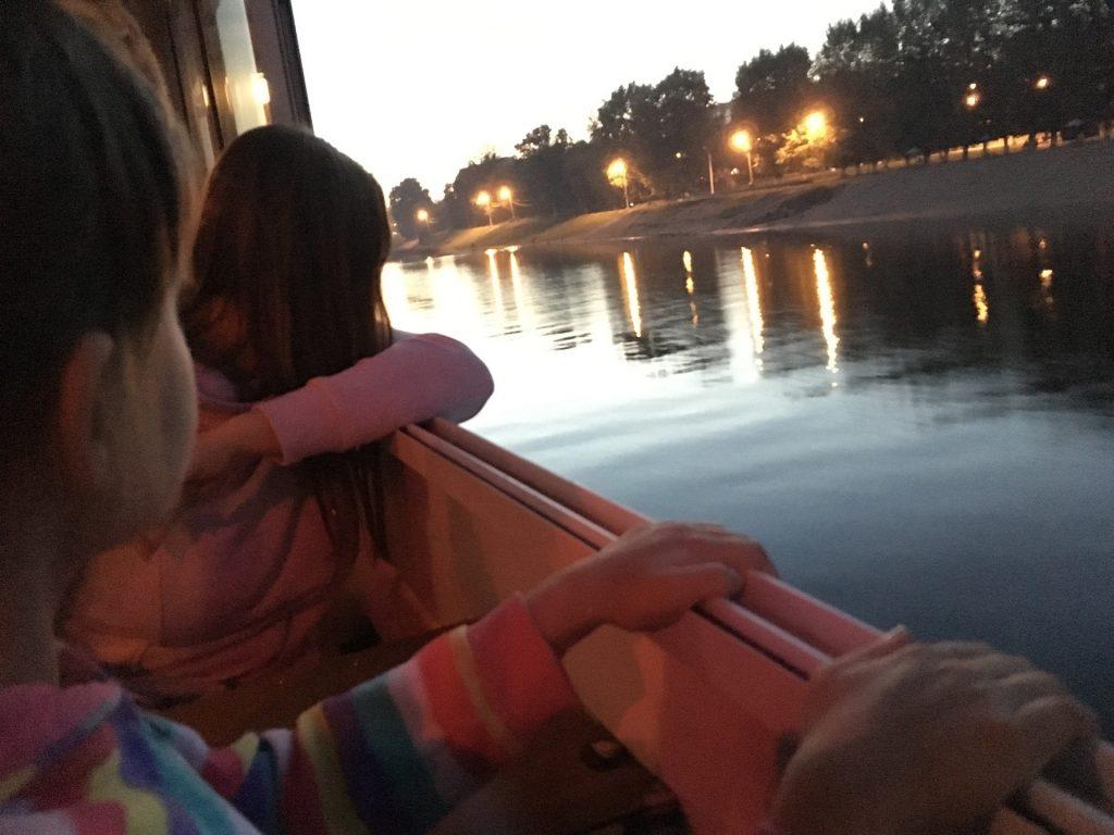 Маша и Рита плывут по Волге в Твери