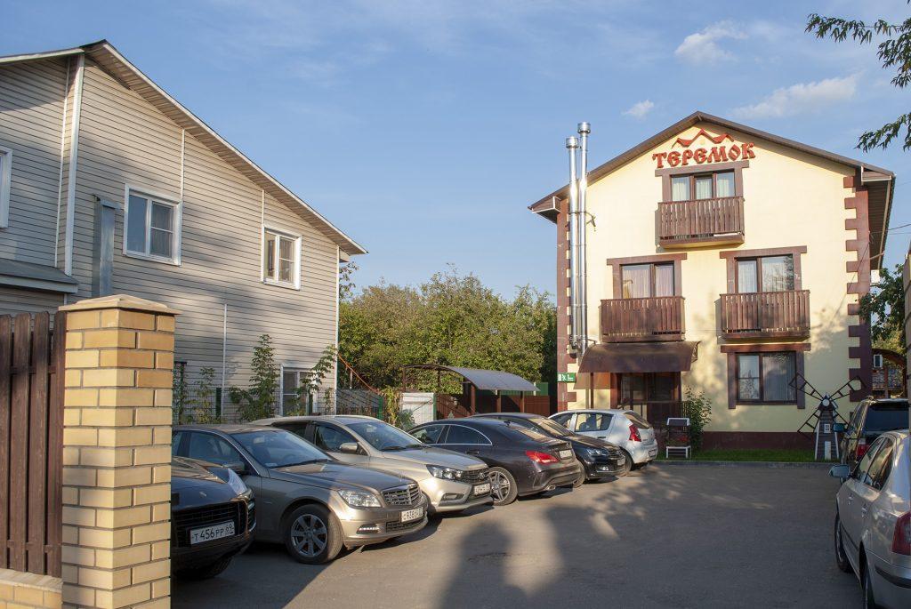 Парковка у гостиницы Теремок в Твери