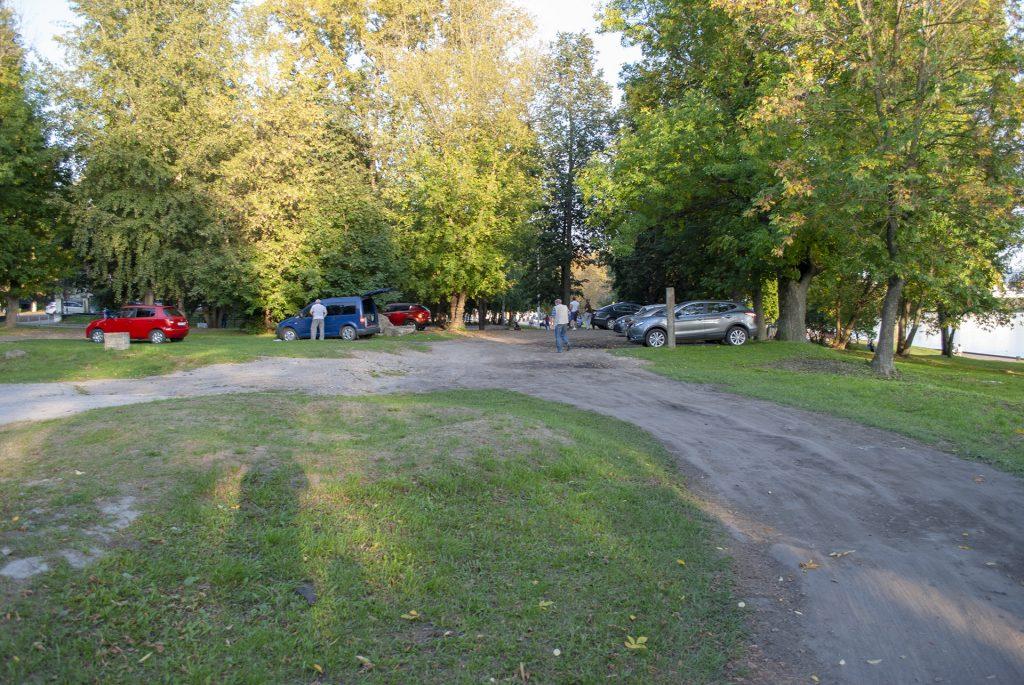 парковка на газоне у набережной в твери