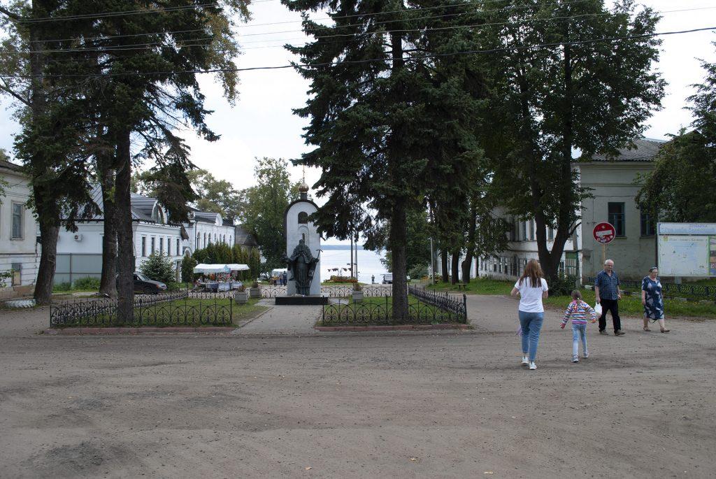 Памятник Макарию Калязинскому в Калязине