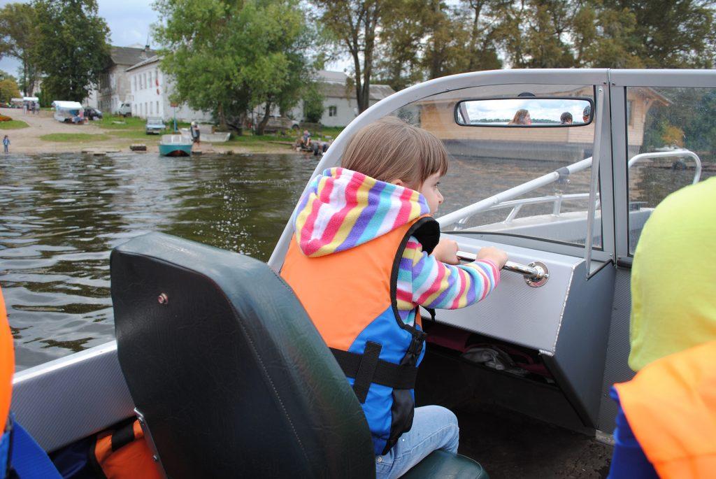 Машуня в лодке в Калязине