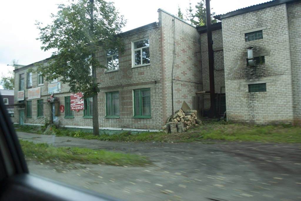 обычный двухэтажный дом в Калязине