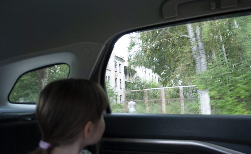 Маша смотрит на Калязин в окно