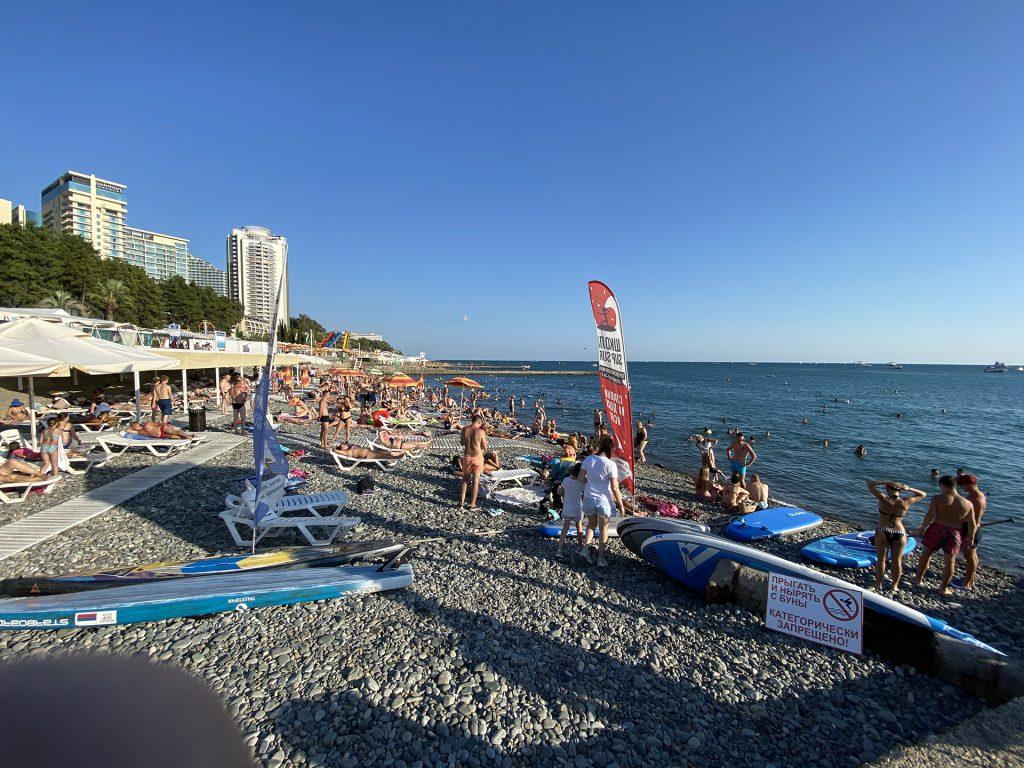 Приморский пляж в Сочи
