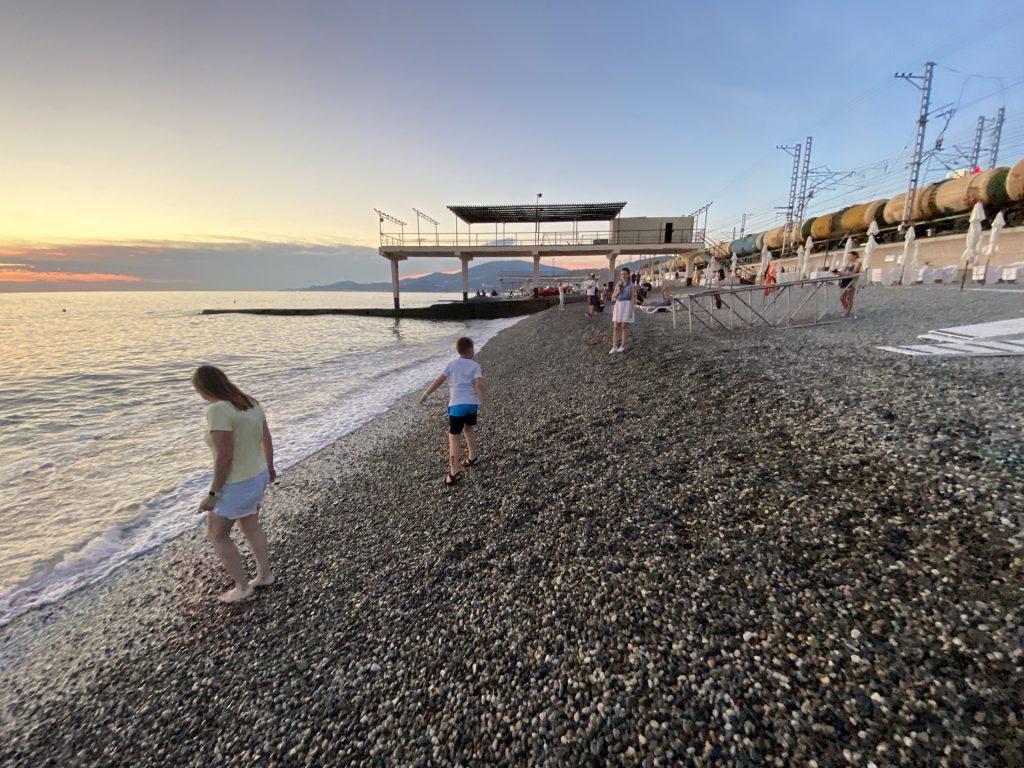 Пляж рядом с остановкой Известия в Адлере