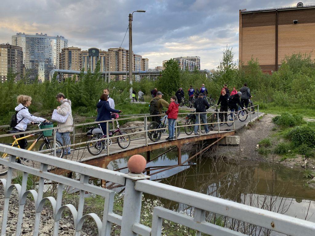 велосипедисты на мостике у станции яхтенная