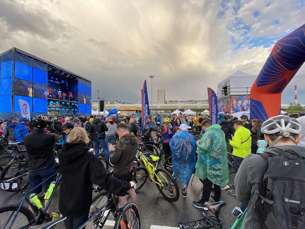 участники велопарада перед стартовым коридором зсдфеста