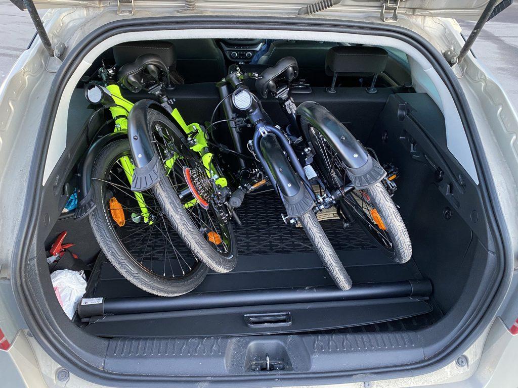 2 складных велосипеда btwin в багажнике весты