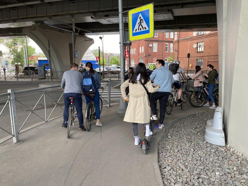 велосипедисты под мостом бетанкура