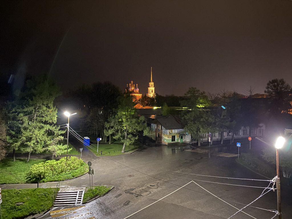 вечерний вид из окна гостиницы кремлёвская в рязани