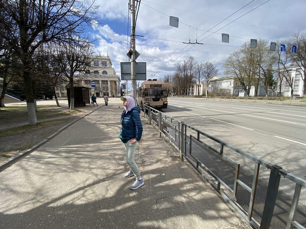 Ритуська на фоне троллейбуса в иваново