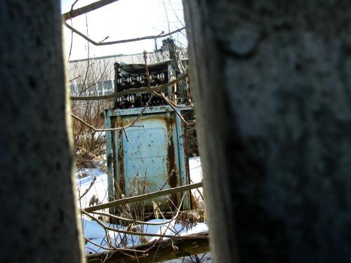 Трансофрматор сквозь щель в заборе