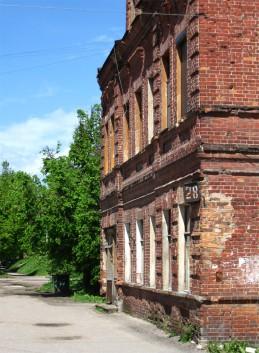 старый-престарый дом с ржавой-прержавой табличкой