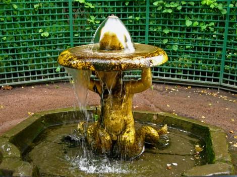 Облезлый фонтан в Петергофе
