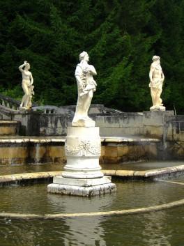 Заброшенные статуи каскада