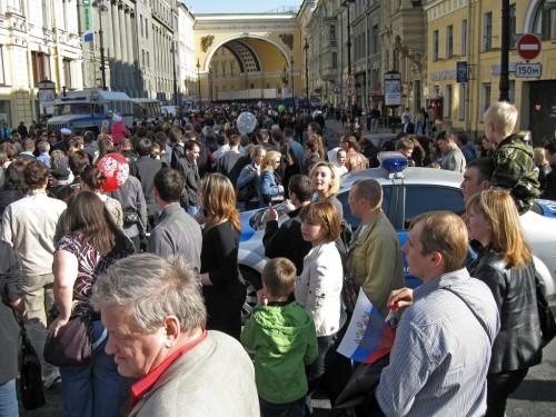 Толпа по пути на дворцовую площадь