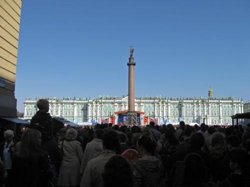 Александровская колонна и сцена за ней