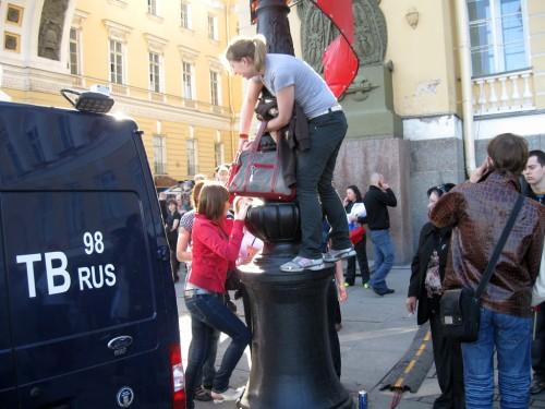 Девушки залезают на столб
