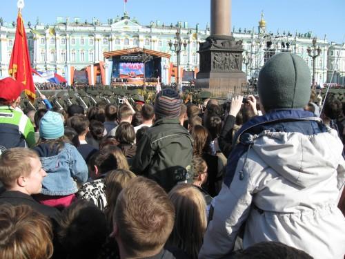 Дети смотрят на парад победы на плечах родителей