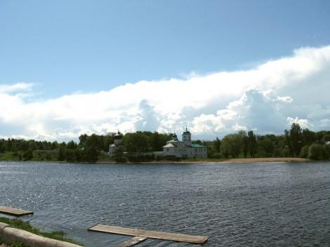 Вид на Мирожский монастырь с гребной базы