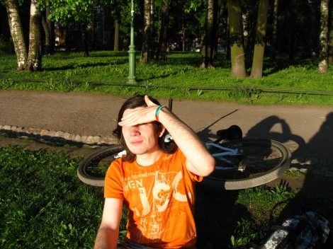 Гриша на травке с велосипедом