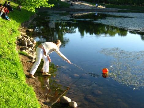 Не утонет в речке мяч