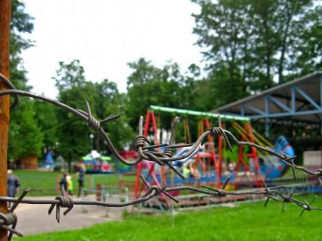Детская площадка под колючей проволокой