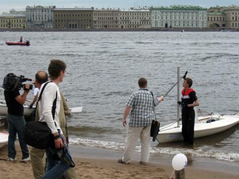 Журналисты берут интервью у спортсмена из Балтийского Парусного Клуба