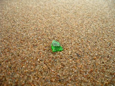 Осколок стекла в песке пляжа у Петропавловской крепости